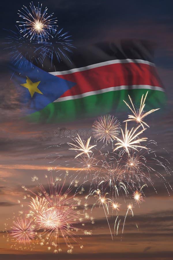 Fyrverkerier och flagga av södra Sudan royaltyfri bild