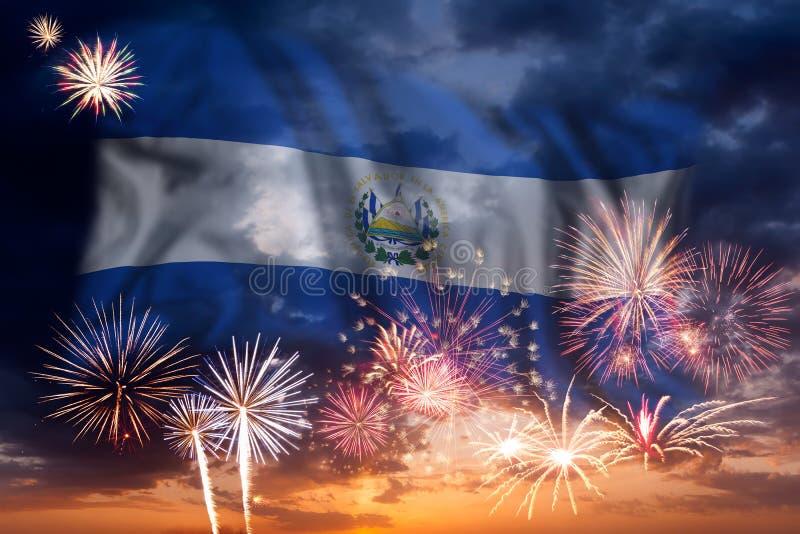 Fyrverkerier och flagga av Salvador arkivfoto