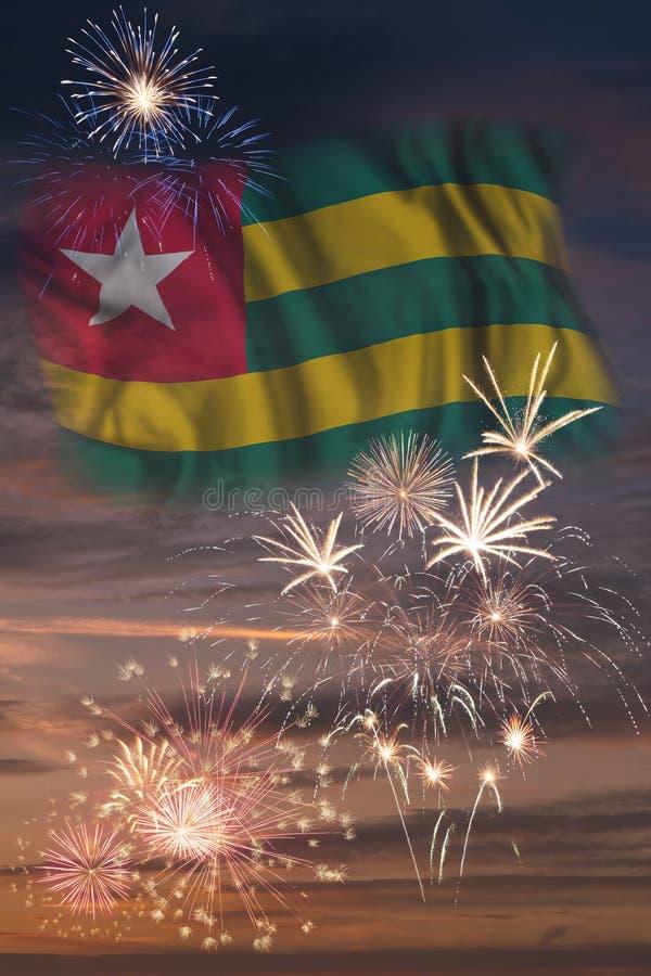 Fyrverkerier och flagga av Togo royaltyfri illustrationer