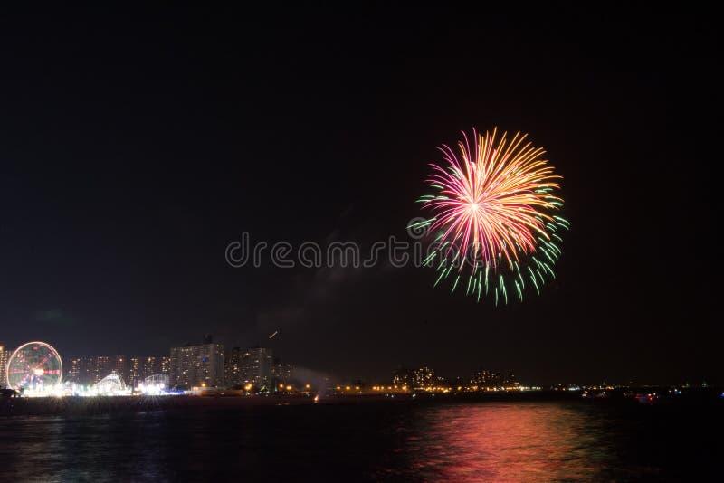 Fyrverkerier på Coney Island på en fredagskväll i Juli royaltyfri foto