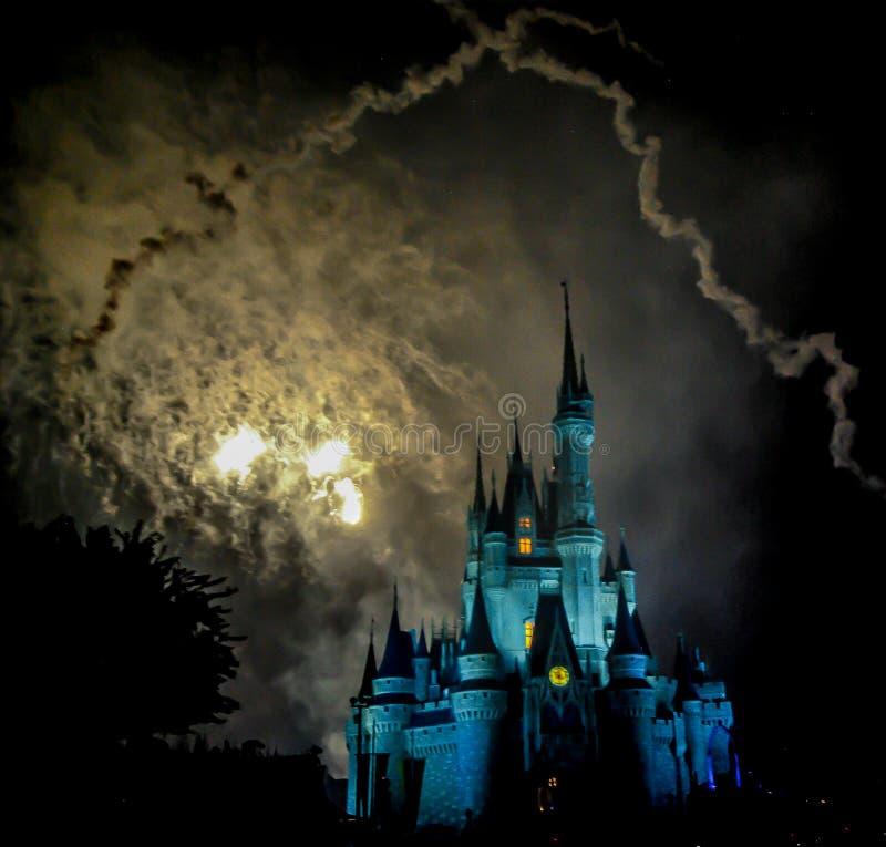 Fyrverkerier på den Cinderellas slotten Walt Disney World Orlando Florida royaltyfri fotografi