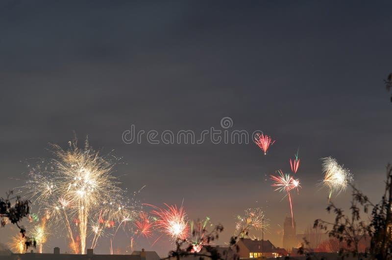 Fyrverkerier på helgdagsaftonen för nya år arkivfoto