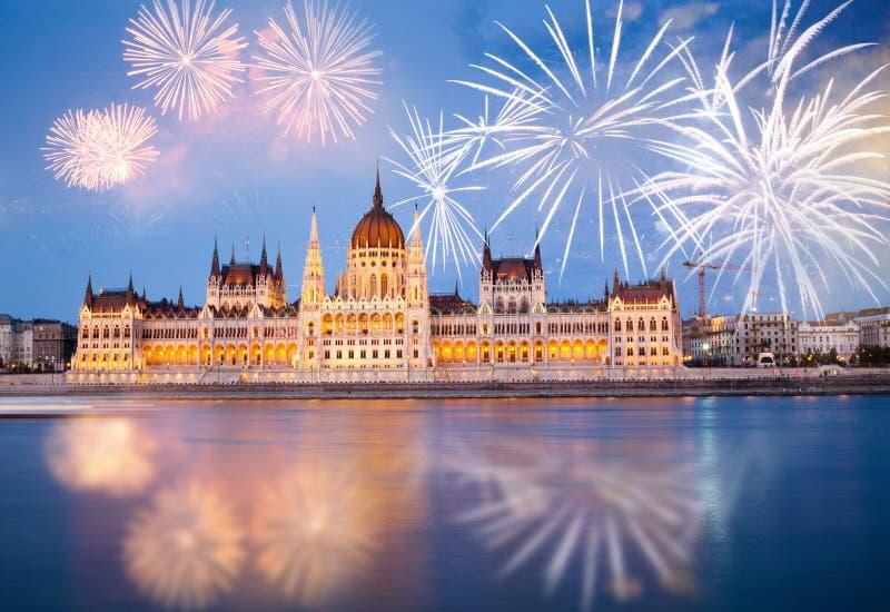 fyrverkerier runt om den ungerska destinationen f?r nytt ?r f?r parlament, Budapest royaltyfria bilder