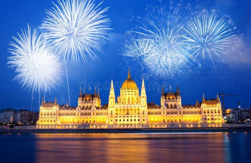 fyrverkerier runt om den ungerska destinationen f?r nytt ?r f?r parlament, Budapest royaltyfria foton