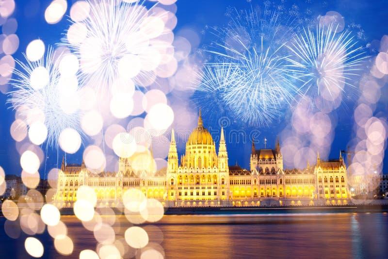 fyrverkerier runt om den ungerska destinationen f?r nytt ?r f?r parlament, Budapest arkivbild