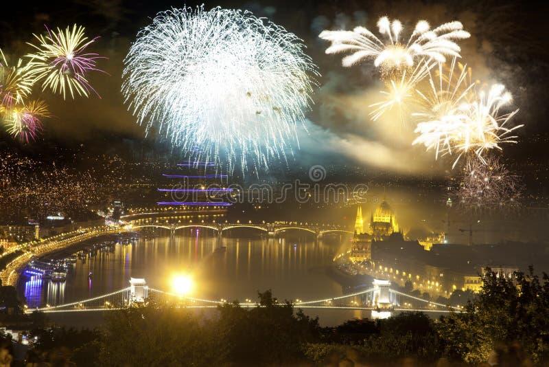 fyrverkerier runt om den ungerska destinationen f?r nytt ?r f?r parlament, Budapest fotografering för bildbyråer