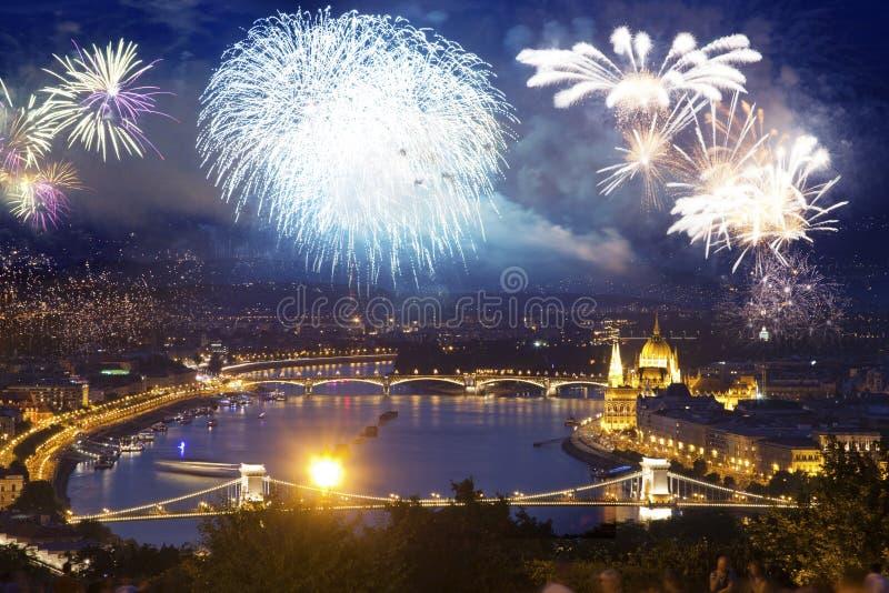 fyrverkerier runt om den ungerska destinationen f?r nytt ?r f?r parlament, Budapest arkivfoton