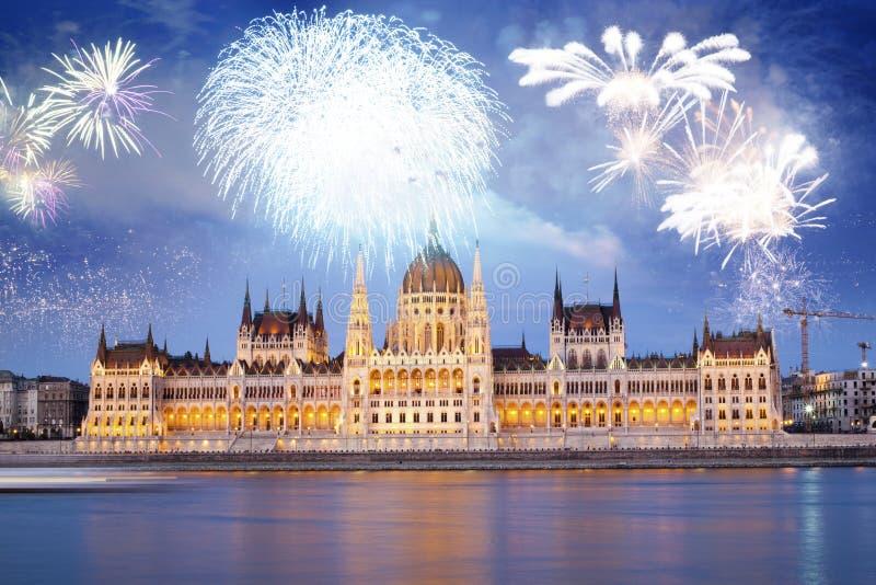 fyrverkerier runt om den ungerska destinationen f?r nytt ?r f?r parlament, Budapest arkivfoto