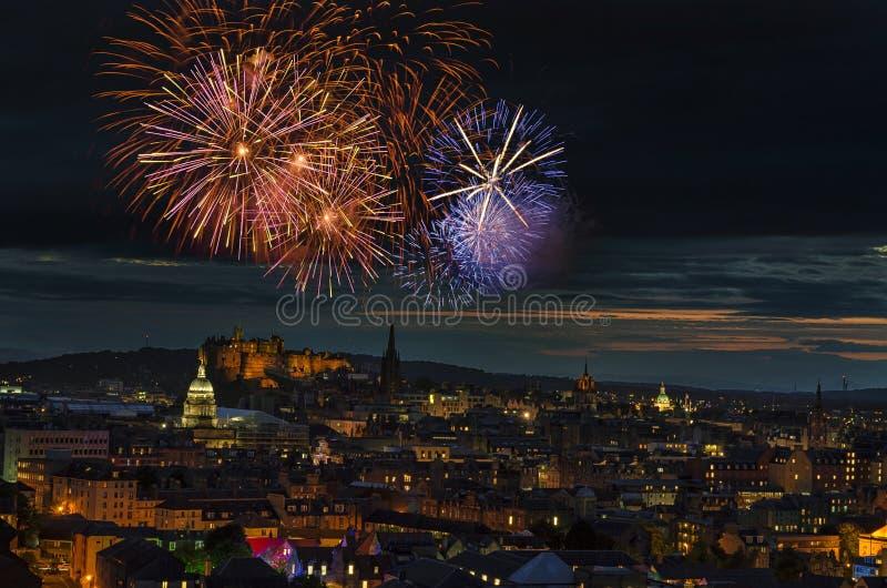Fyrverkerier som skiner över Edinburgstad royaltyfri foto