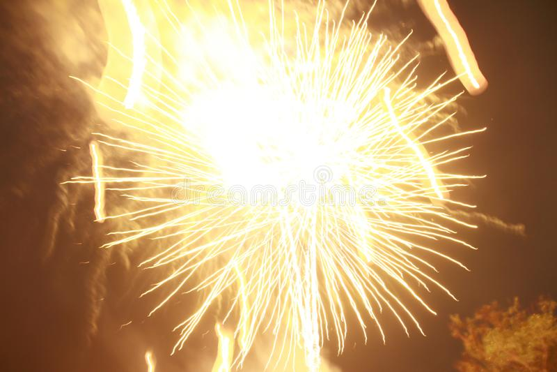 Fyrverkerier t?nde en gnista, s? h?rligt i nattfestivalen royaltyfria bilder