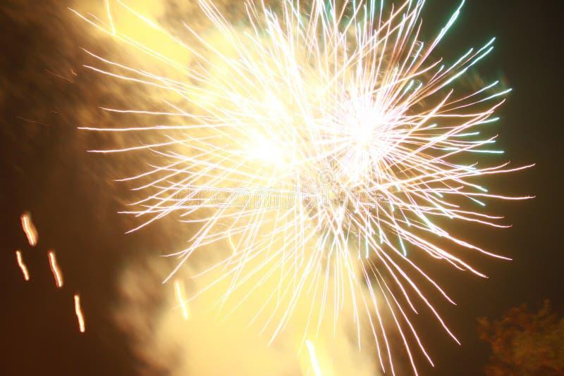 Fyrverkerier t?nde en gnista, s? h?rligt i nattfestivalen arkivbilder