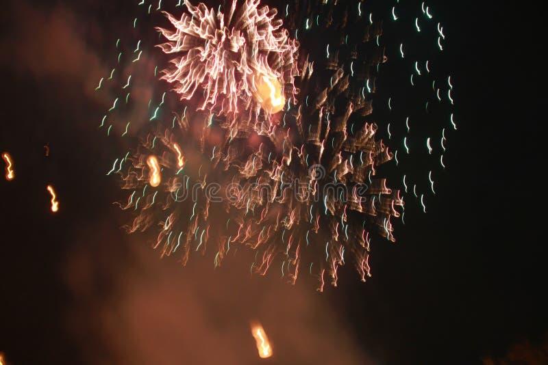 Fyrverkerier t?nde en gnista, s? h?rligt i nattfestivalen royaltyfri fotografi