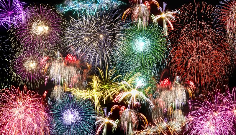 Fyrverkerier under dagberöm för nya år royaltyfri foto