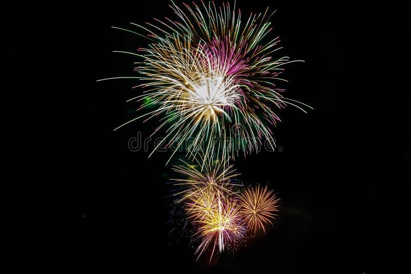 Fyrverkeriexplosion på Juli 4th royaltyfri foto