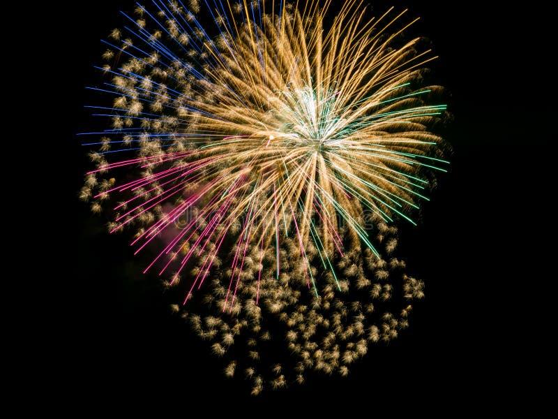 Fyrverkerit brister tätt upp, den färgrika explosionen i natthimmel royaltyfri foto