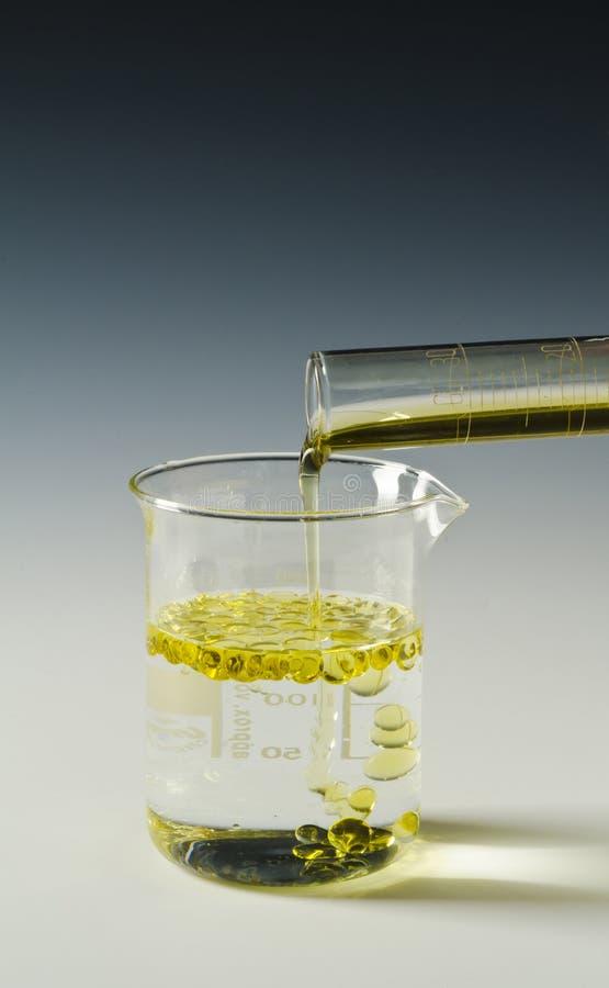 fysica Onvermengbaar vloeistoffen, olie en water reeks 2 0f 4 stock foto