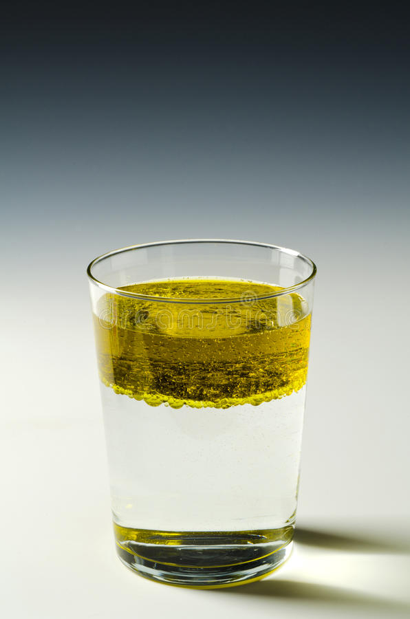 fysica Onvermengbaar vloeistoffen, olie en water 4 van 4 beeldreeksen royalty-vrije stock foto