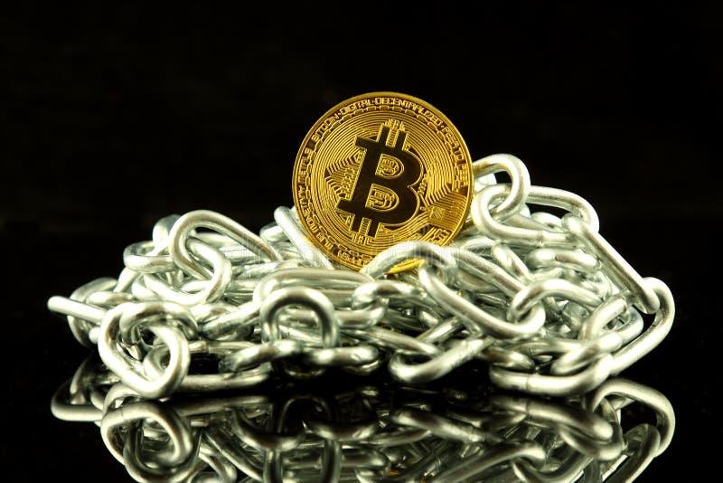 Fysieke versie van de het nieuwe virtuele geld en ketting van Bitcoin Conceptueel beeld voor investeerders in cryptocurrency en B stock afbeelding