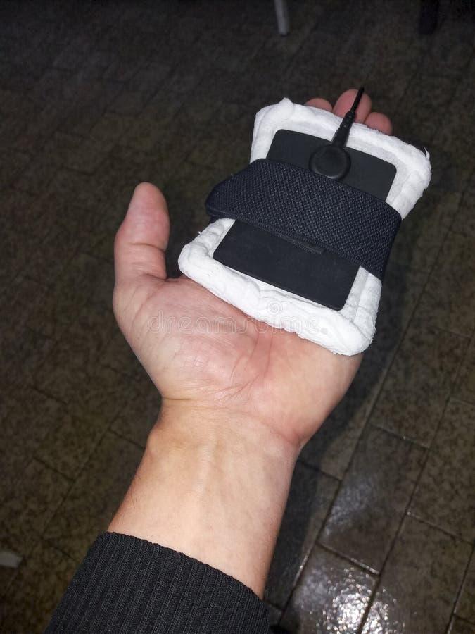Fysioterapeut/kiropraktor som gör en elektrisk impuls arkivfoto