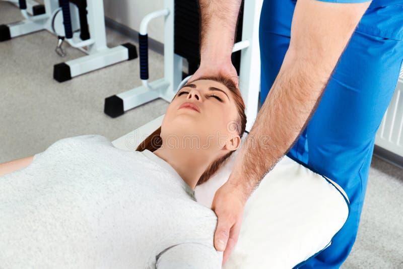 Fysioterapeut som arbetar med patienten royaltyfri foto