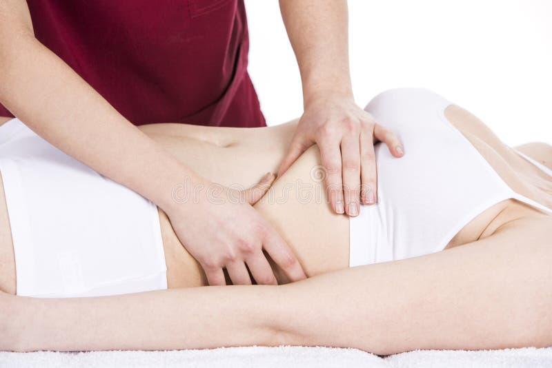 Fysioterapeut som gör en membranmassage till en kvinnapatient royaltyfri fotografi