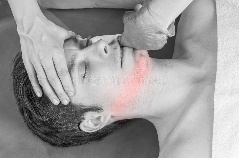 Fysioterapeuten gör intraoral teknik av massagemassetermuskeln osteopathy royaltyfri bild