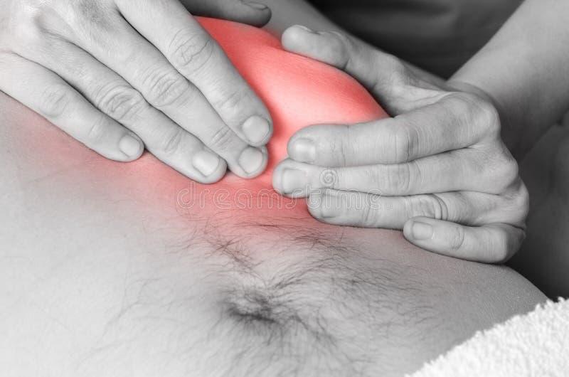 Fysioterapeuten kiropraktor gör en aktivering av membranen Massage till en manpatient osteopathy royaltyfria foton