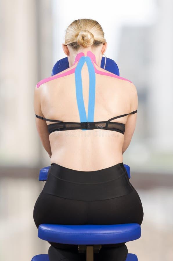 Fysiotherapeut, chiropracticus die op roze kinesioband zetten op wo royalty-vrije stock foto's