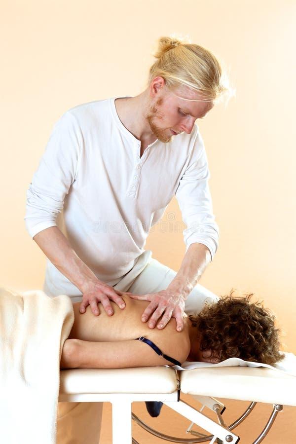 Fysiotherapeut die een achtermassage geeft stock afbeelding