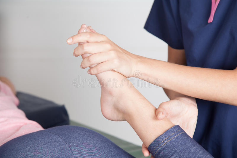 Fysiotherapeut die een beenbehandeling geven stock afbeeldingen