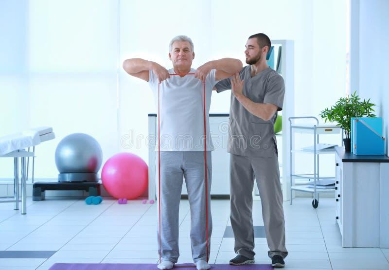 Fysiotherapeut die met patiënt werken royalty-vrije stock foto
