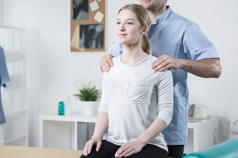 Fysiotherapeut die Patiënt helpt stock foto's