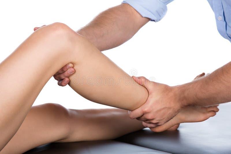 Fysiotherapeut die patiënt masseren royalty-vrije stock foto's