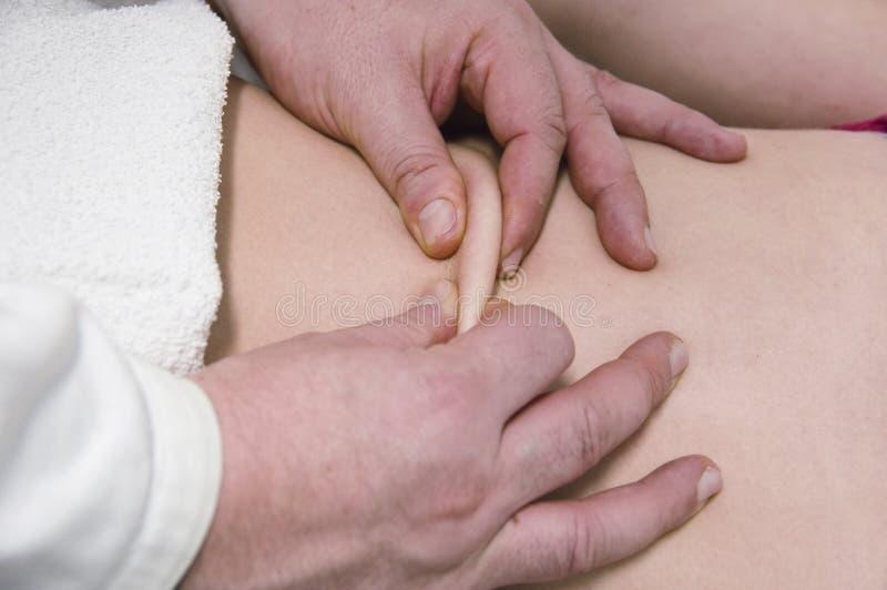 Fysiotherapeut, massages royalty-vrije stock afbeelding