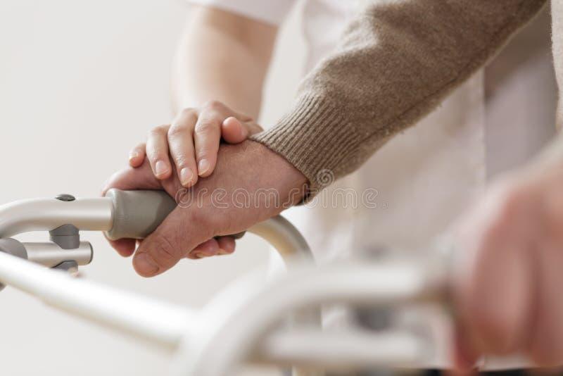 Fysiotherapeut ondersteunend de gehandicapte mens stock fotografie