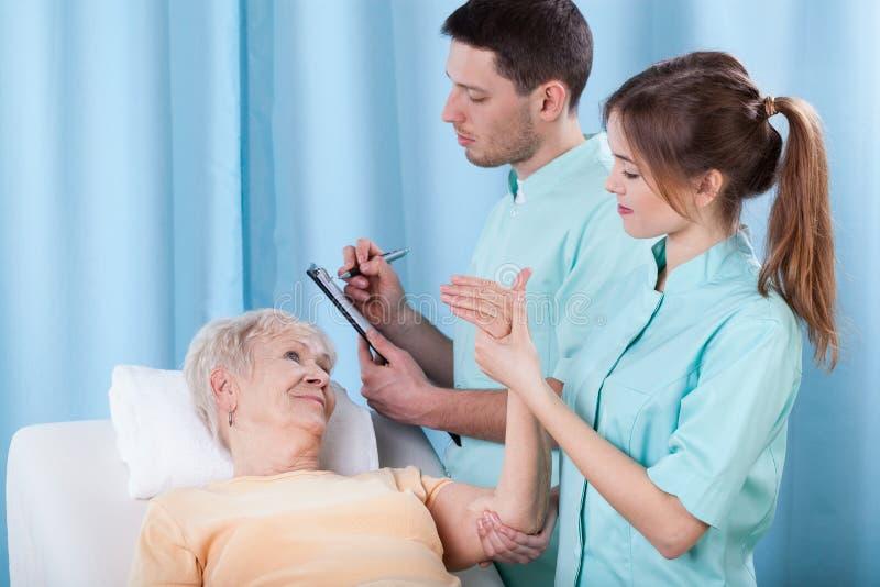 Fysiotherapeuten die patiënt diagnostiseren stock foto's