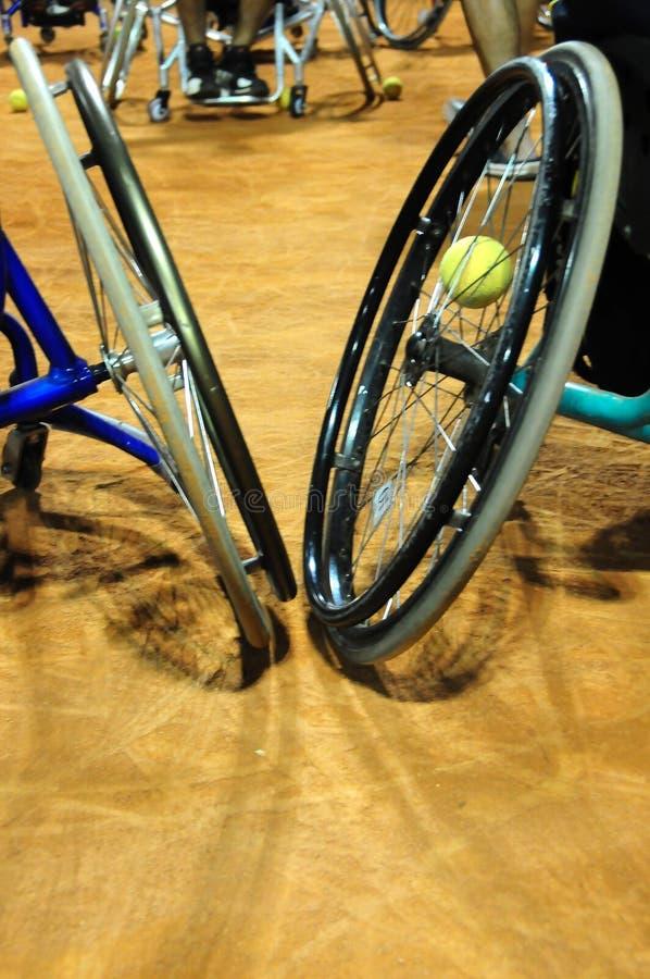 Fysisch gehandicapt atleten speeltennis in rolstoel royalty-vrije stock foto's
