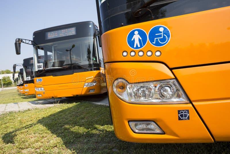Fysisch gehandicapte openbaar vervoer nieuwe bussen stock foto's