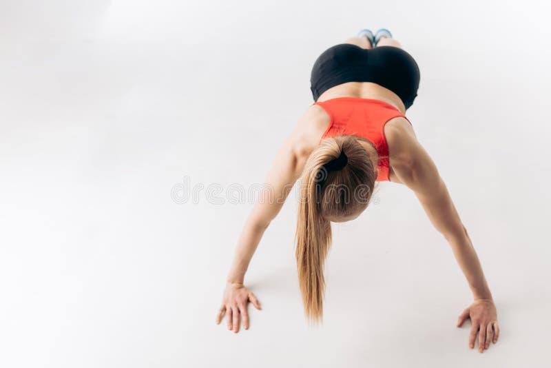 Fysische activiteit het sportieve leven, wil de jonge vrouw perfecte abs hebben stock afbeeldingen