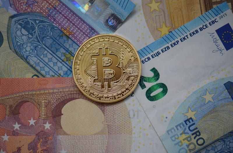 Fysisk bitcoin med euro arkivfoto