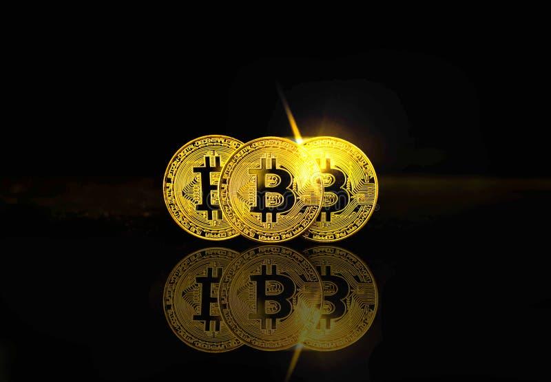 Fysisk bitcoin på svart bakgrund med den ljusa signalljuset, cryptocurrencybegrepp arkivbilder