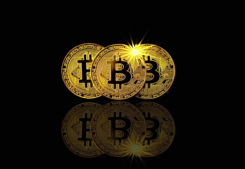 Fysisk bitcoin på svart bakgrund med den ljusa signalljuset, cryptocurrencybegrepp arkivbild