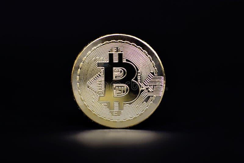 Fysisk guld- Bitcoin myntrepresentant för faktisk valuta arkivbild
