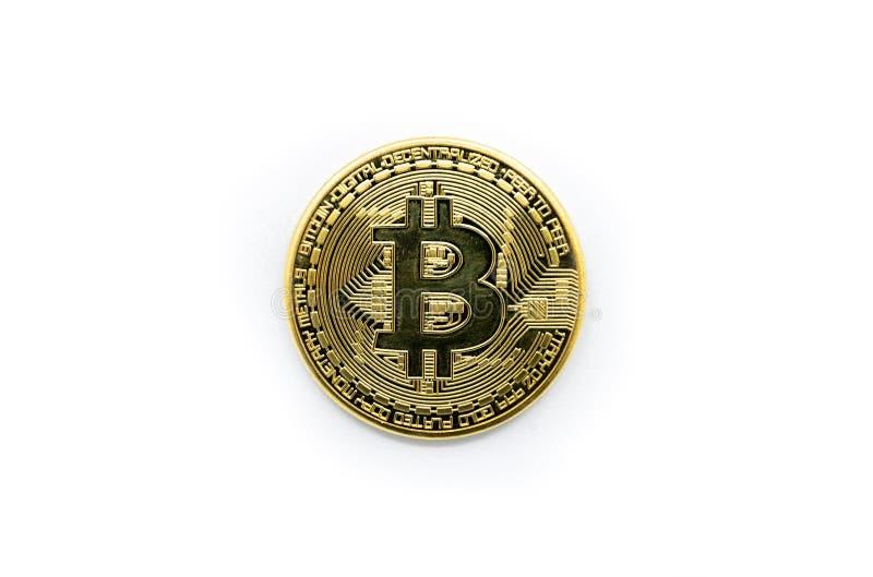 Fysisk guld Bitcoin som isoleras mot en vit bakgrund royaltyfria bilder