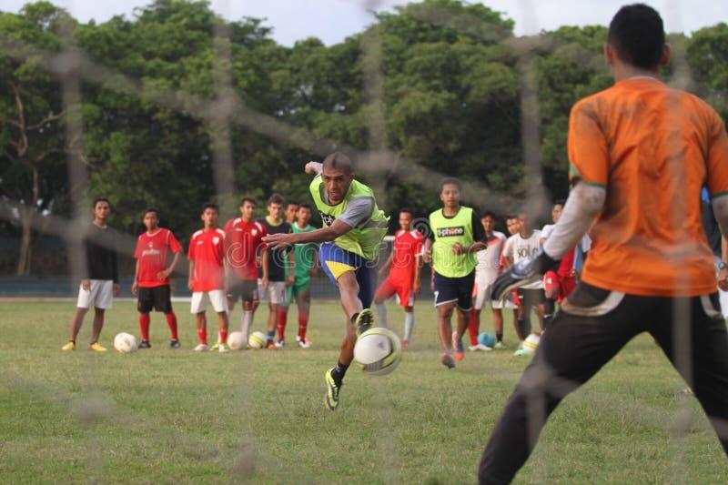 Fysisk kondition för fotbollsspelare Persis Solo arkivbilder