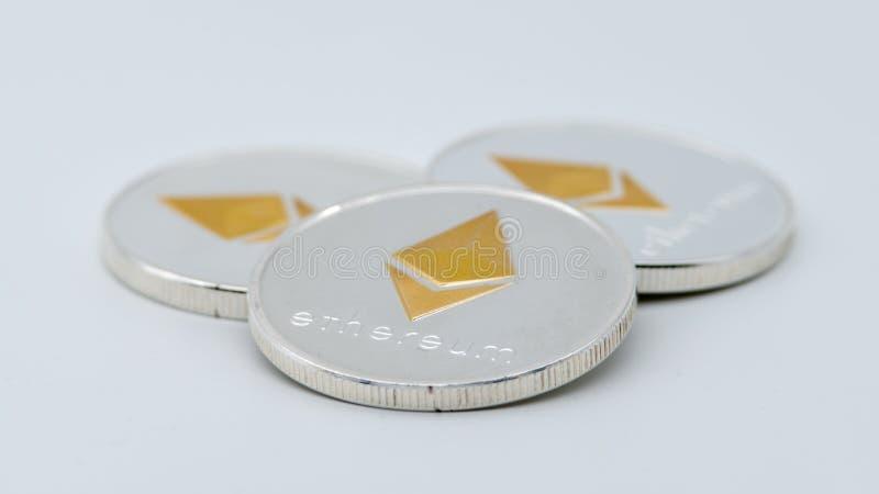 Fysisk metall försilvrar Ethereum valuta på vit bakgrund ETH-mynt arkivbild