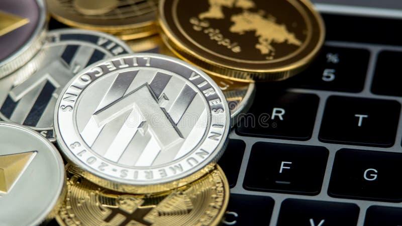 Fysisk metall försilvrar Litecoin valuta på anteckningsbokdatortangentbordet LTC royaltyfri fotografi