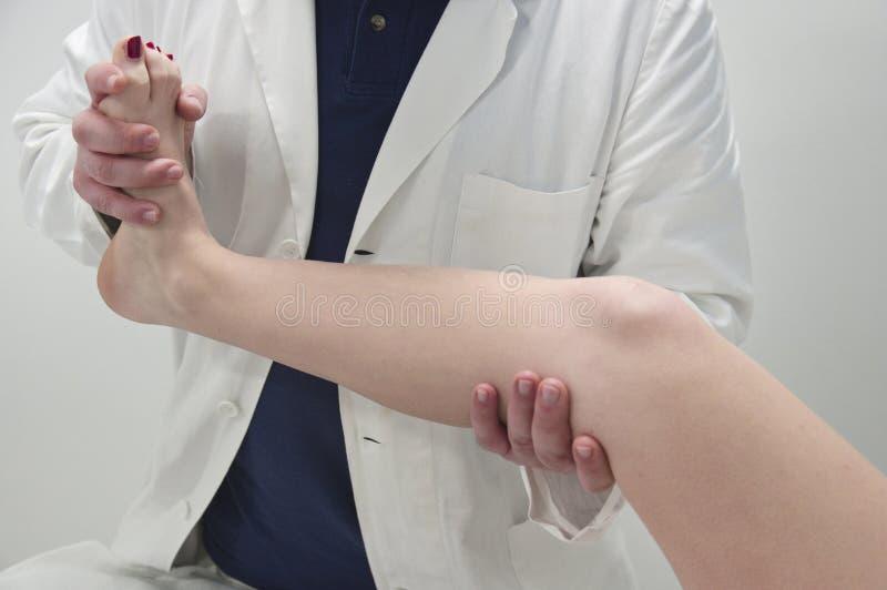 Fysisk terapeut, massager arkivbild