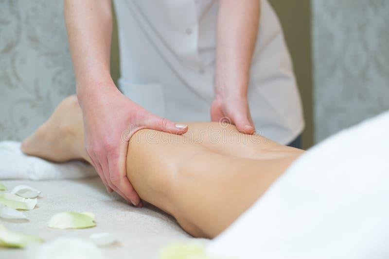 Fysisk terapeut som g?r lymfatisk dr?nering royaltyfri foto