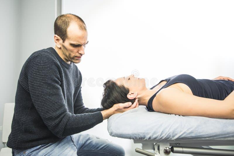 Fysisk terapeut som masserar en härlig kvinnahals Begreppssjukgymnastik och osteopathy royaltyfri fotografi